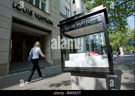Luxus-Produkte auf dem Display in Vitrinen außerhalb exklusive Geschäfte am Kurfürstendamm in Charlottenburg Berlin - Stockfoto
