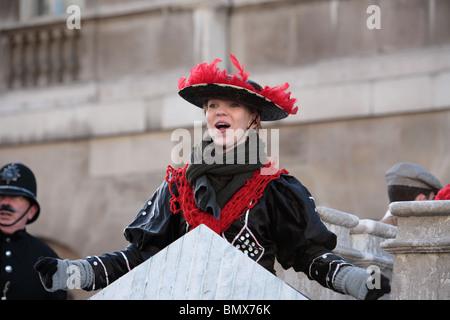 Junge Frau im viktorianischen Kleidung in des neue Jahres Day Parade, Whitehall, Westminster, London WC2 singen. Stockfoto