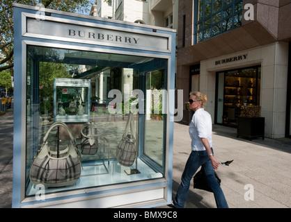 Luxus-Produkte auf dem Display in Vitrinen vor Burberry exklusive laden am Kurfürstendamm in Charlottenburg Berlin - Stockfoto
