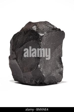 Ein großes Stück bituminöse Steinkohle auf weißem Hintergrund - Stockfoto