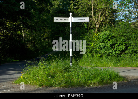 Altmodische Wegweiser auf Landstraße in South Lakeland, Nationalpark Lake District, Cumbria, England UK - Stockfoto