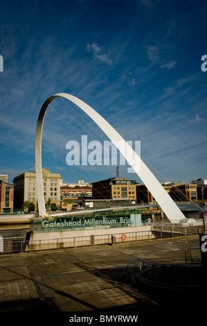 Gateshead Millennium Bridge über den Fluss Tyne - Stockfoto
