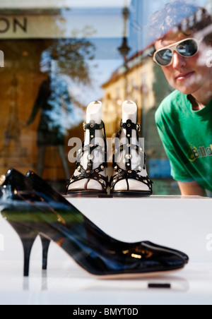 Luxus-Designer-Schuhe auf dem Display in Vitrine vor Louis Vuitton Shop am Kurfürstendamm in Berlin Deutschland - Stockfoto