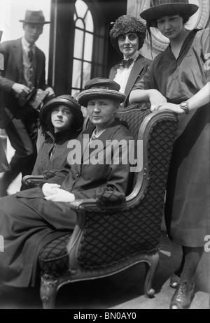 Vintage Foto (1921) Physiker und Chemiker Marie Curie (1867-1934) - Sieger der zwei Nobelpreise - mit Töchtern Irene - Stockfoto