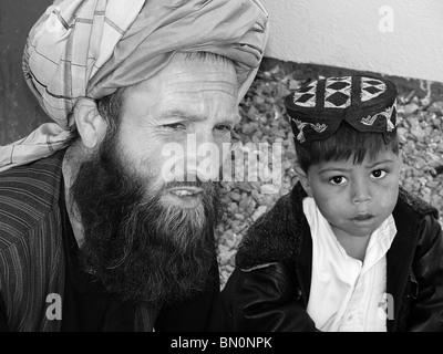 Eine junge afghanische Chilldren mit seinem Vater - Stockfoto