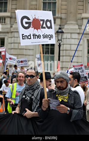 Teilnehmer März während einer Demonstration gegen die israelische Blockade von Gaza im Jahr 2010 - Stockfoto