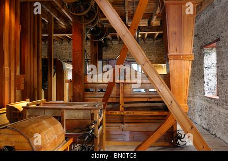 Innenraum der lang Grist Mill an Pioneer Village auf der Indian River Ontario - Stockfoto