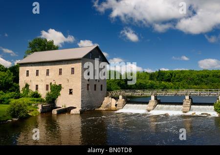 Lang Grist Mill und Brücke über den Wasserfall Staudamm bei Pioneer Village auf der Indian River Ontario Keene Ontario - Stockfoto