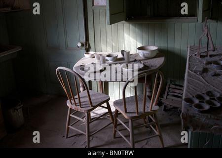 Alten Speisesaal bedeckt in Staub in der Goldbergbau Tand Geisterstadt Bodie, Kalifornien und Umgebung: - Stockfoto