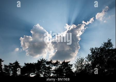 Dramatische Sonnenstrahlen hinter einer Wolke in der englischen Landschaft. Oxfordshire, England - Stockfoto