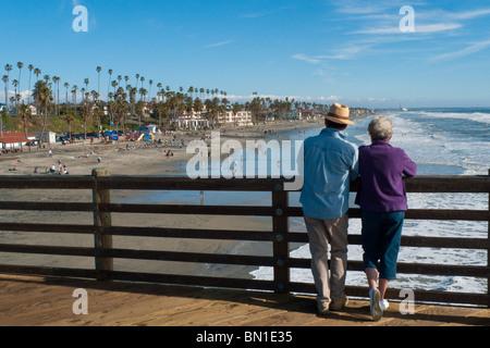 Älteres paar Anzeigen den Pazifischen Ozean von Oceanside Pier in Oceanside, Kalifornien, USA. - Stockfoto
