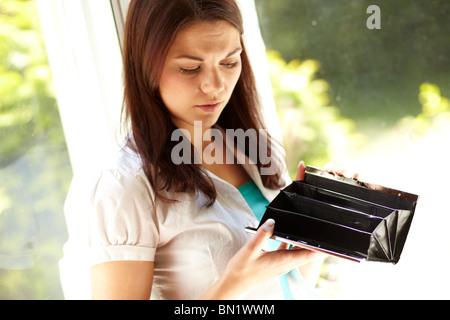 Frau auf der Suche in Handtasche - Stockfoto