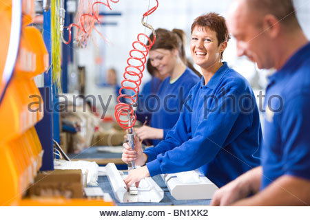 Porträt der lächelnde Frau arbeiten auf Aluminium Leuchten auf Produktionslinie im Werk - Stockfoto