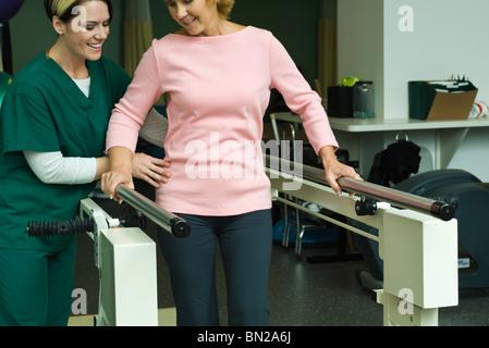 Frau in der postoperativen Rehabilitationsübungen Gehfähigkeit zurückgewinnen - Stockfoto