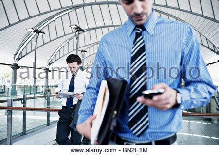 Geschäftsmann SMS auf Handy - Stockfoto