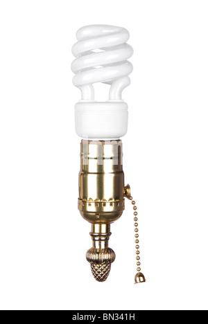 Eine Energie-effiziente Spiral-Glühbirne und Messing Lampenfassung mit Zugkette isoliert auf weiss. - Stockfoto
