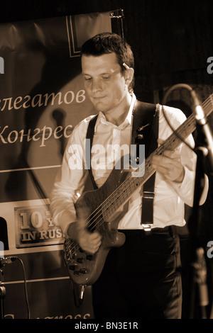 Russische Rock-Musiker spielt im Firmenveranstaltung in down Town Moskauer Klub - Stockfoto