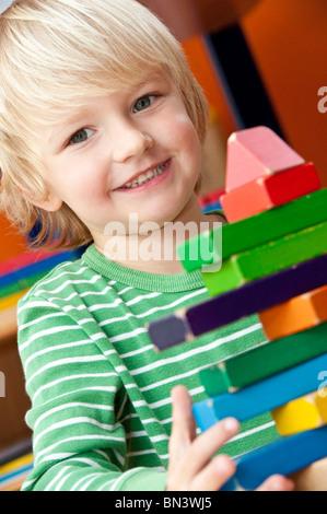 Kleiner Junge spielt mit Bausteinen, Porträt - Stockfoto