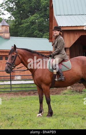 gekleidete Dame Frau auf Pferd Jagd in Ratte-Catcher-outfit - Stockfoto
