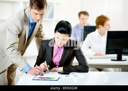 Porträt von zuversichtlich Geschäftsmann Beratung hübsche Mitarbeiter im Büro - Stockfoto