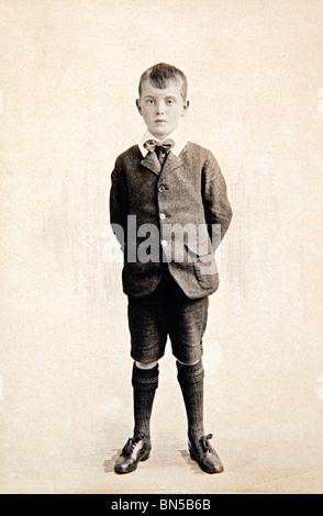 Familiengeschichte förmliches Porträt eines jungen aus dem 1920er Jahren tragen kurze Hosen und langen Socken - Stockfoto
