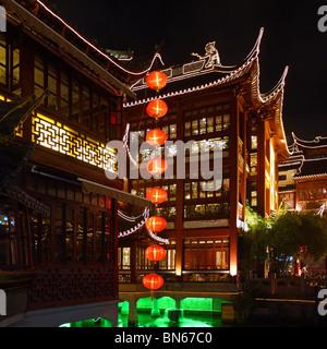 Chinesische Laternen am Yu-Garten in der Nacht, Shanghai, China - Stockfoto