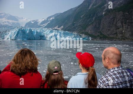 Familie Sightseeeing während an einem Tag cruise in Prinz Wiliam Sound mit Harriman Gletscher im Hintergrund, Alaska, - Stockfoto