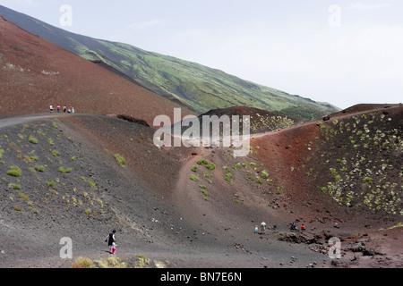 Ein Krater in der Nähe von der Rifugio Sapienza am Südhang mit Blick auf den Gipfel, den Ätna, Sizilien, Italien - Stockfoto