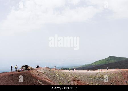 Touristen zu Fuß rund um einen Krater in der Nähe von der Rifugio Sapienza auf den südlichen Hängen des Ätna, Sizilien, - Stockfoto