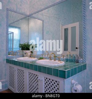 ... Spiegel über Doppelwaschbecken In Eitelkeit Einheit Mit Türkisfarbenen  Gefliesten Arbeitsplatte Im Modernen Badezimmer   Stockfoto