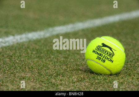 Wimbledon 2010 Slazenger Tennisball sitzt auf einem Rasenplatz während Wimbledon Tennis Championships 2010 - Stockfoto