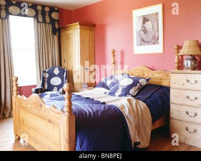 Kiefer Bett Mit Blauen Kissen Und Bettwäsche In Rosa Schlafzimmer Mit  Kiefer Kleiderschrank Und Creme Und