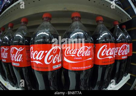 2 Liter Flaschen Coca Cola Auf Einem Regal Stockfoto Bild