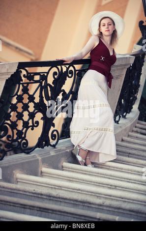 Junge schlanke Frau auf Treppen. Kamera-Winkel-Ansicht. - Stockfoto