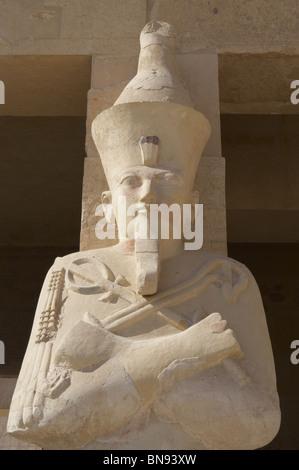 Hatschepsut (1508-1458 v. Chr.).  Zweite Pharao der 18. Dynastie. Osirian Statuen. Tempel von Deir El Bahari. Theben. - Stockfoto
