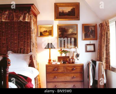 AuBergewohnlich ... Sammlung Von Alten Ölgemälden über Kommode Neben Halb Tester Bett Im  Traditionellen Landhausstil Schlafzimmer