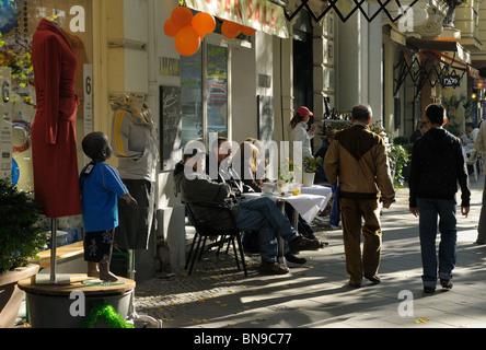 menschen beim einkaufen kleine bars boutiquen de negen straatjes neun kleinen stra en. Black Bedroom Furniture Sets. Home Design Ideas