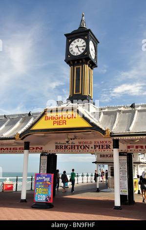 Eingang Uhrenturm, Pier von Brighton, Brighton, East Sussex, England, Vereinigtes Königreich - Stockfoto
