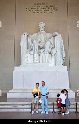 Touristen posieren für Schnappschüsse vor der Statue von Abraham Lincoln in das Lincoln Memorial in Washington D.C. - Stockfoto