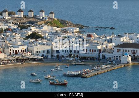 Mykonos. Griechenland. Blick auf die weiß gekalkten Häuser, Windmühlen und den Hafen von Hóra (Mykonos Stadt). - Stockfoto