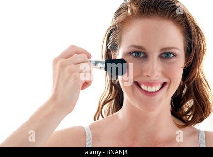 junge Frau gilt Röte auf den Wangen - Stockfoto
