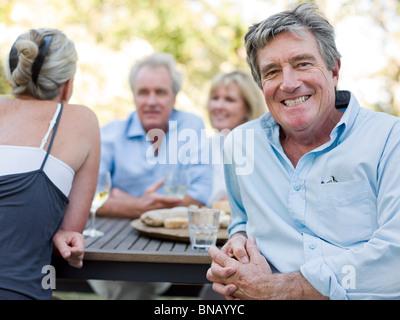 Mann beim Essen im freien - Stockfoto