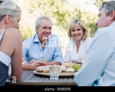 Freunde von Mahlzeit im freien - Stockfoto