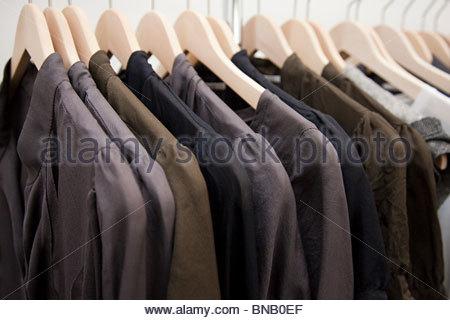 Kleidung auf einer Schiene - Stockfoto