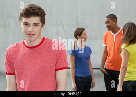 Junger Mann und Freunde - Stockfoto