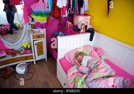 Sechs Jahre altes Mädchen schlafen in ihrem Schlafzimmer, Niederlande, Holland, Europa - Stockfoto