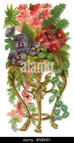 Lila Stiefmütterchen, Efeu und Farn im eine dekorative Vase Stockfoto