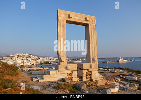Tor der Apollotempel Portara, Naxos-Stadt, Insel Naxos, Cyclades Inseln der Ägäis, Griechenland - Stockfoto