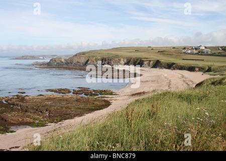 Panorama des malerischen zerklüftete Küste und Strand herum Thurlestone in Devon an einem sonnigen Sommertag - Stockfoto