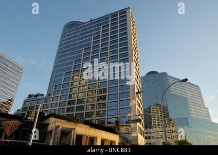 Glastürmen, Fairmount und Pan Pacific Hotels spiegelt die umliegenden Gebäude in der Innenstadt von Vancouver - Stockfoto